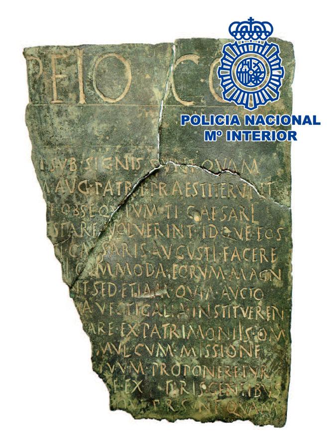 Pieza de documento jurídico romano bajo escudo policial